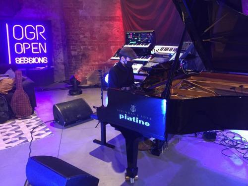 Boosta in concerto alle ogr suona un pianoforte Piatino