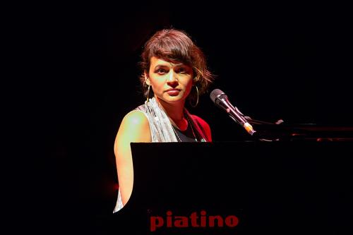 Norah Jones in concerto a Torino il 09 aprile 2018 suona un pianoforte Piatino